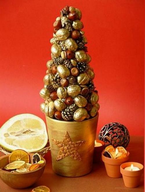 елка из орехов и шишек