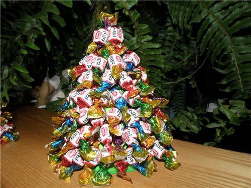 елка из мишуры и конфет своими руками
