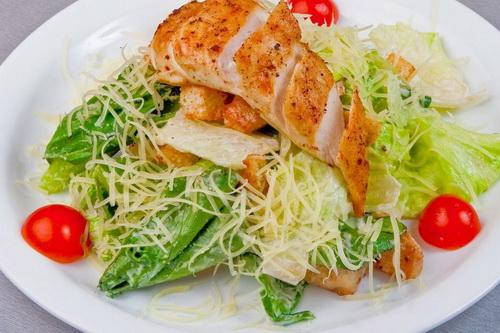 Салат Цезарь: калорийность