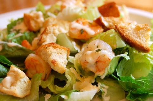 Салат Цезарь с креветками: классический простой рецепт
