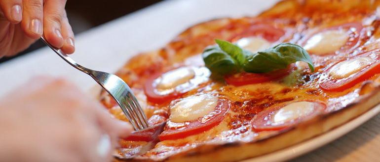готовая и горячая пицца маргарита